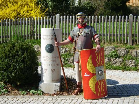 Legionär Quintus Tiberius Octavius am Meilenstein Bediaum